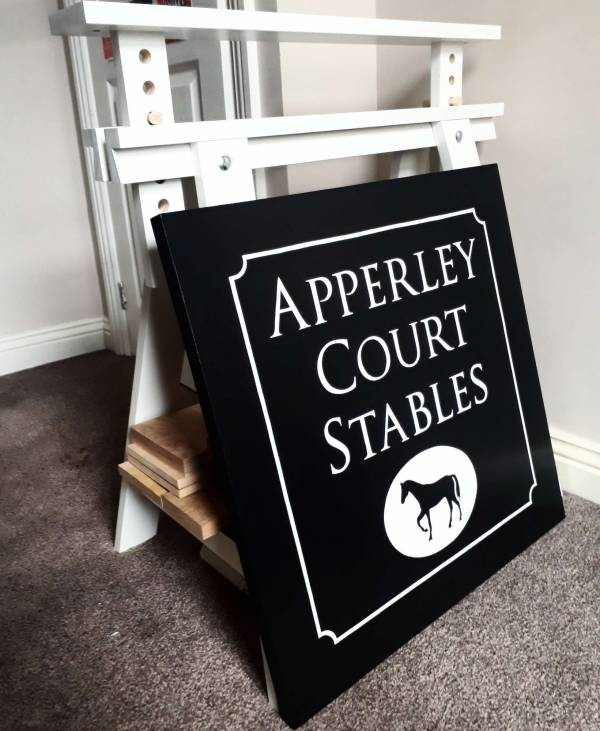 apperley_court_stables_sign_handpainted_signwriting_signpainting