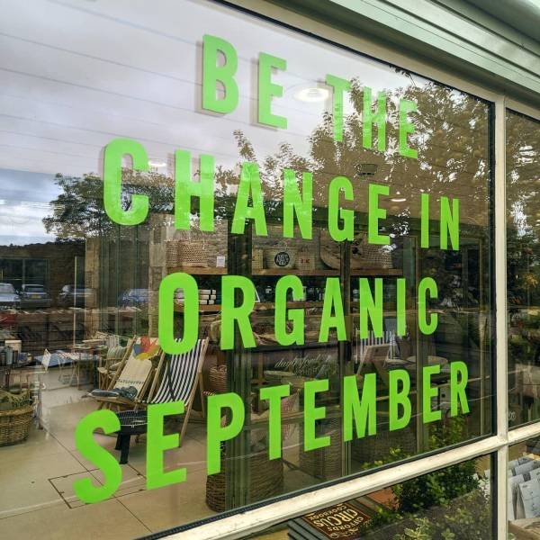daylesford-temporary-window-signage-lettering-handpainted-glass-signwriting-signpainting