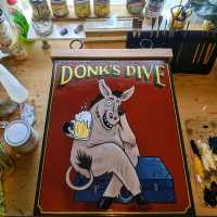 donks-dive-swinging-sign-hanging-sign-pub-signwriting-signpainting-illustrative-lettering-handpainted