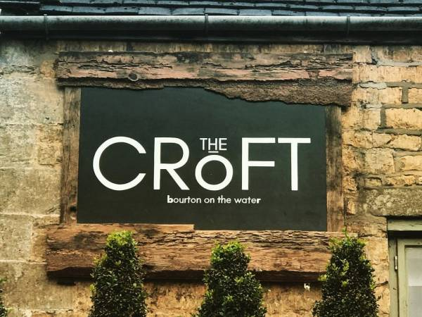 the-croft-fascia-handmade-handpainted-bourton-on-the-water-cotswolds-pub-restaurant-signage-signwriting-logo-design-signpainting
