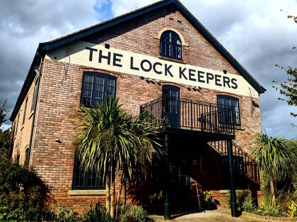 the-lock-keepers-gloucester-facade-fascia-brickwork-handpainted-lettering-signwriter-signwriting