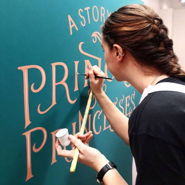 signpainting-wip-handpainted-gloucester-quays-books-event-signwriter-signpainting-detail-lettering